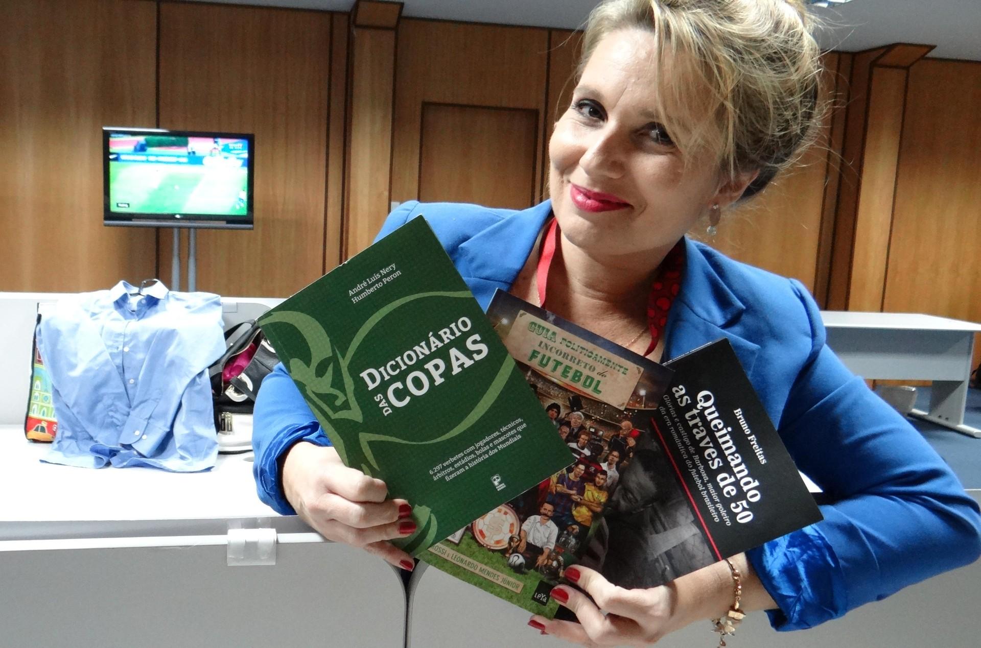 Vanessa Faro mostra parte da sua coleção de livros sobre a Copa (Foto: Priscila Martinez)