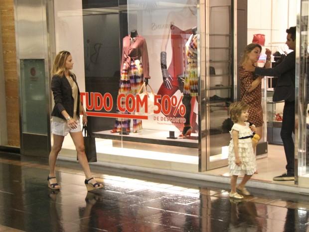 Luiza Valdetaro passeia com a filha em shopping do Rio (Foto: Daniel Delmiro / AgNews)