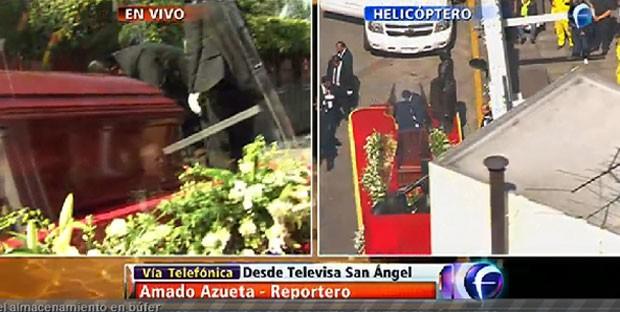 Caixão com o corpo de Roberto Bolaños é levado para o estádio Azteca (Foto: Reprodução/Foro TV)