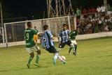 Goleiro do Grêmio dá lençol em rival dentro da área na Copa Santiago; veja