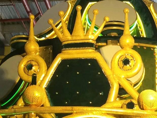Grande Rio prepara trono para Rei Pelé desfilar na Sapucaí em enredo sobre a cidade de Santos (Foto: Alba Valéria Mendonça/ G1)