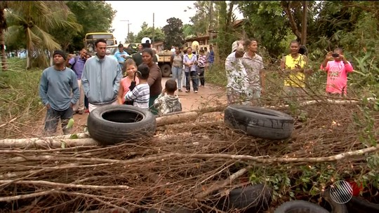 Manifestantes fecham BR-251 e impedem passagem de veículos por cerca de 2h30 na Bahia