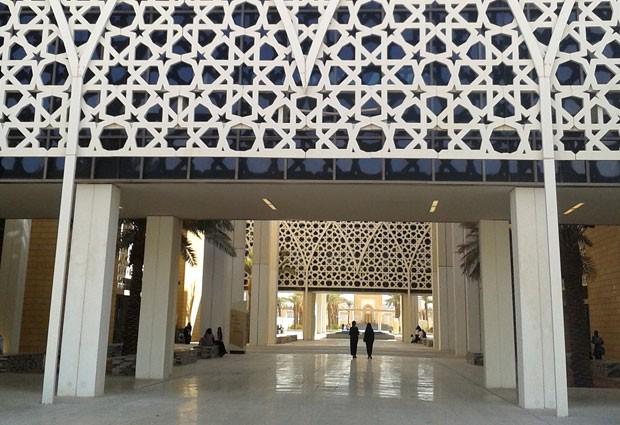 Entrada da Universidade Princesa Nora, em Riyadh: liberdade de vestimentas só do lado de dentro (Foto: AP Photo)