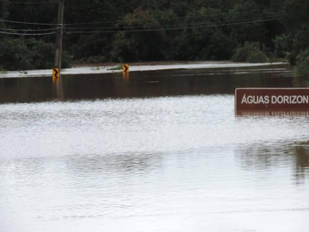 Alagamentos e muitos transtornos com o excesso de chuvas nos municípios de Mallet e Rio Azul (Foto:  Claiton Miranda/ Vc no G1)