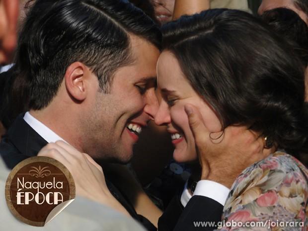 Amélia e Franz não resistem e comemoram fim da guerra com um beijão daqueles! (Foto: Joia Rara/ TV Globo)