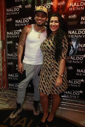 Naldo e Ellen Cardoso, a Mulher Moranguinho, em bastidores de show na Zona Oeste do Rio (Foto: Isac Luz/ EGO)