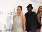 Kim Kardashian leva assistente para para segurar cauda de vestido