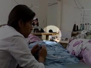 Crianças vivem nos locais de trabalho dos bolivianos (Foto: Reprodução / TV Tem)