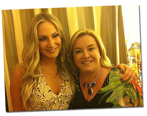 Cláudia Leitte acompanhada por sua mãe Ilna Leite na noite de inauguração do novo endereço da Água de Coco em SP (Foto: Renata Garcia)
