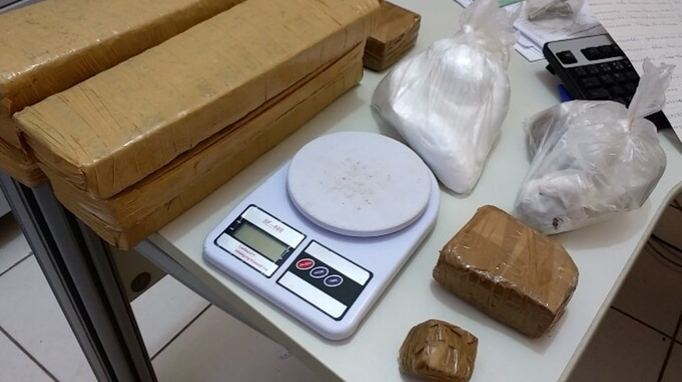 Drogas estavam em um telhado de uma casa no Bairro Maracanã (Foto: Juliana Peixoto/G1)