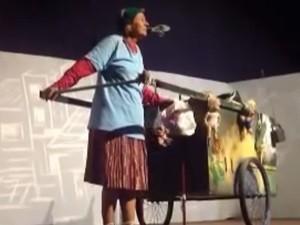 Personagem conta a história de uma idosa, catadora de papelão e latinhas castigada pelos anos (Foto: Reprodução/Divulgação)