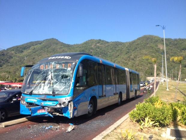 Ônibus do BRT Transoeste que bateu nas proximidades da estação Pontal (Foto: Guilherme Brito/ G1)