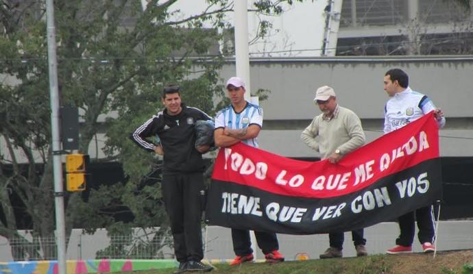 Torcedores do Colón vão ao treino do Inter apoiar Luque (Foto: Tomás Hammes/GloboEsporte.com)