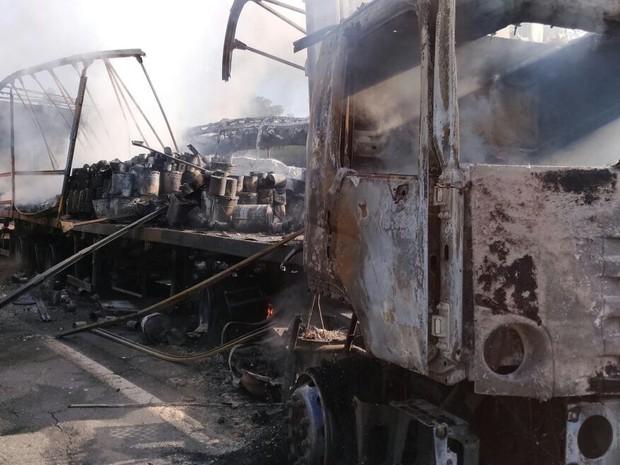 Dois caminhões, um ônibus e uma caminhonete se envolveram no acidente (Foto: Divulgação/Equipe Operações Aéreas do Samu Londrina)