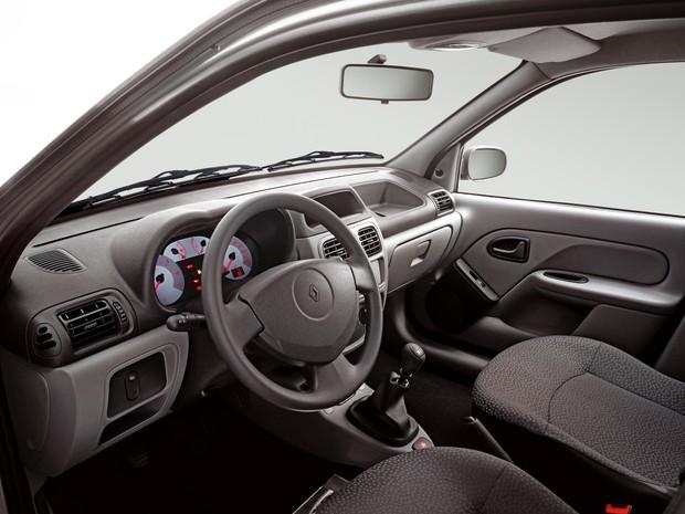 Interior do Renault Clio 2003 - compacto já tinha airbags na época (Foto: Divulgação)