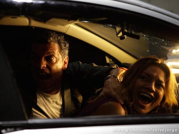 Barros é atingido e Lucimar fica em pânico ao ver que Morena saiu do carro (Foto: Salve Jorge/TV Globo)