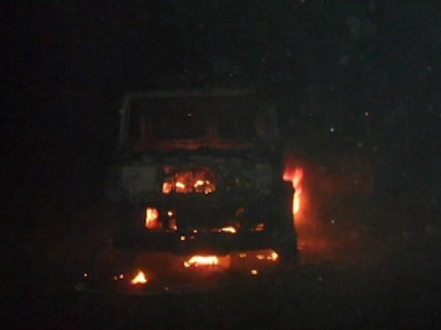 carro queimado na bahia (Foto: Reprodução/TV Bahia)