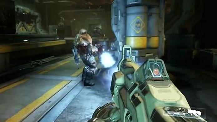 Em seu estado natural o Plasma Rifle do novo Doom não é tão potente quanto o de outras versões, mas ele pode ser modificado para causar mais dano (Foto: Reprodução/IGN)