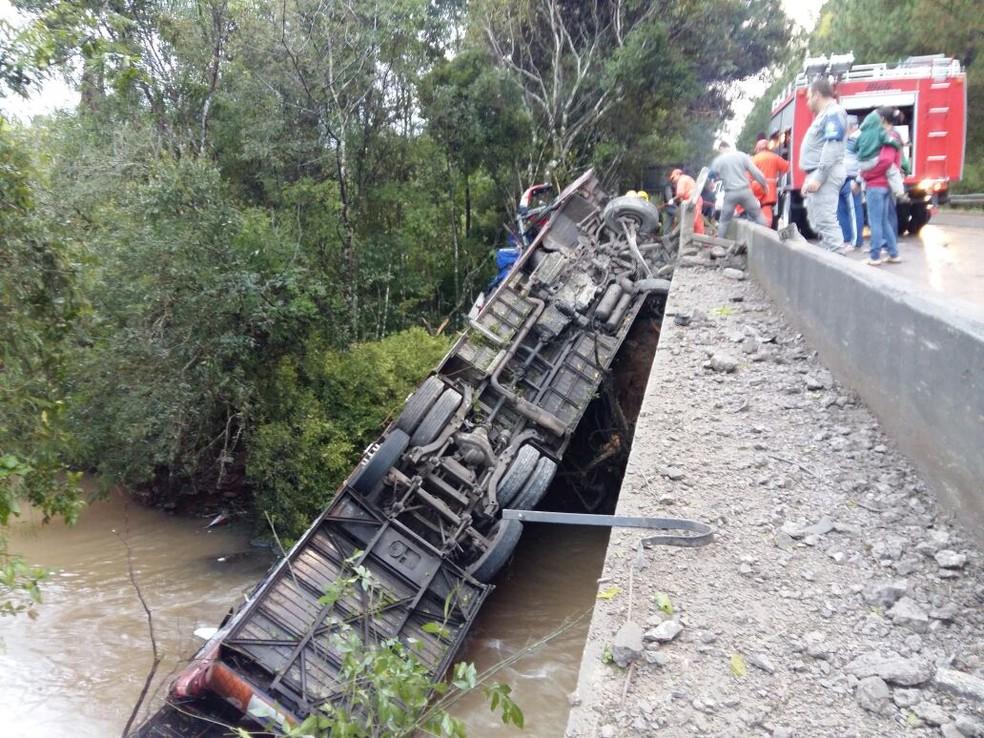 Ônibus tombou em uma ponte na ERS-400 (Foto: Patricia Steffanello / Rádio Sorriso FM)