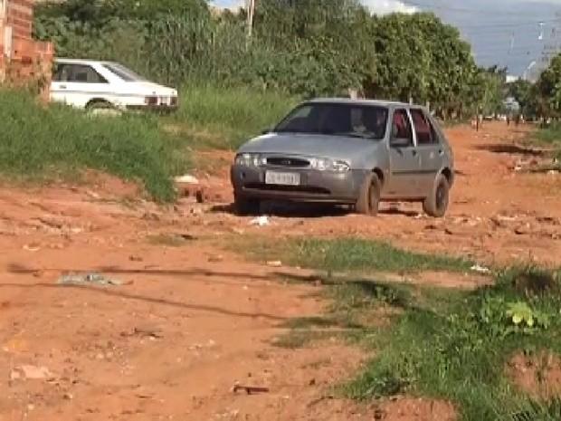 Carro passa em rua sem asfalto em um dos bairros de Araçatuba (Foto: Reprodução / TV Tem)