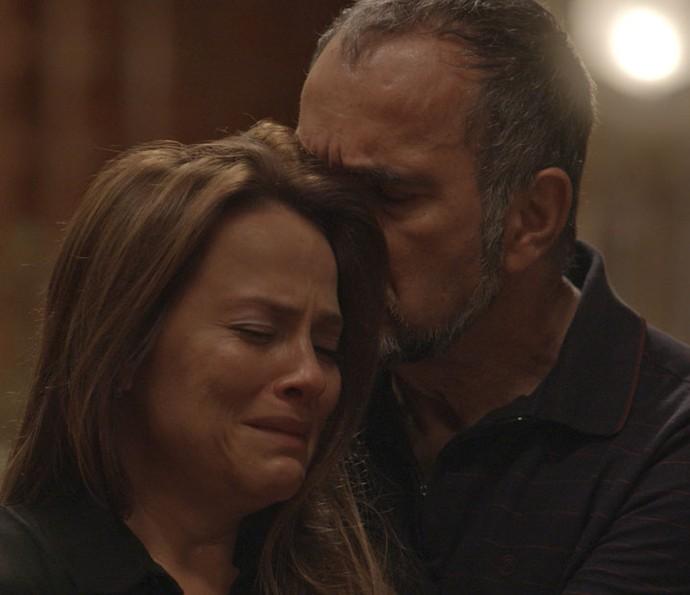 Lili chora nos braços de Germano após conversa com Rafael (Foto: TV Globo)
