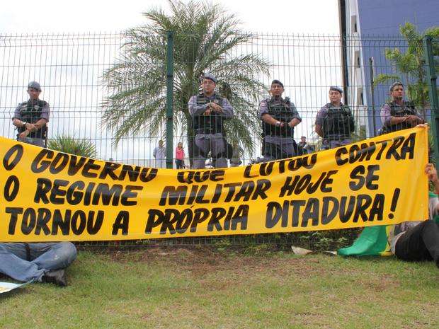 Manifestantes protestam em frente à Assebleia Legislativa do AM, em Manaus (Foto: Girlene Medeiros/G1 AM)