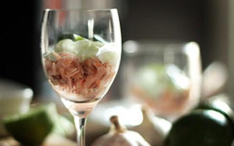Verrine de salmão com molho tzatziki