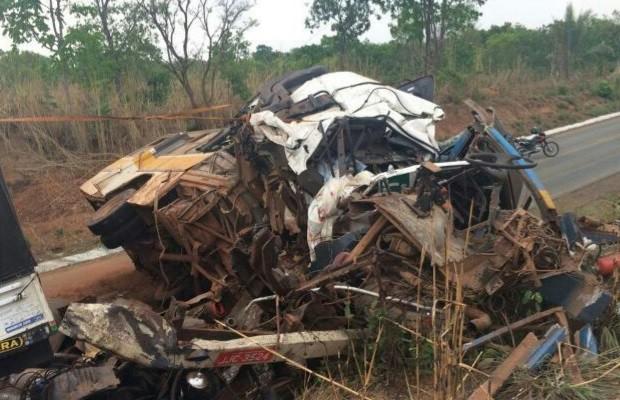 Jovem furta ônibus escolar, bate em carreta e três morrem em Piranhas, Goiás (Foto: Divulgação/PRF)
