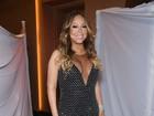 Mariah Carey investe em vestido decotado para apresentação