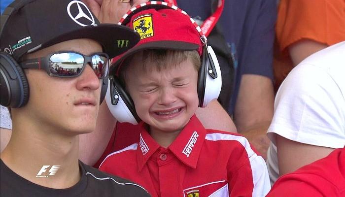 Thomas, torcedor da Ferrari, chora com o abandono de Kimi Raikkonen
