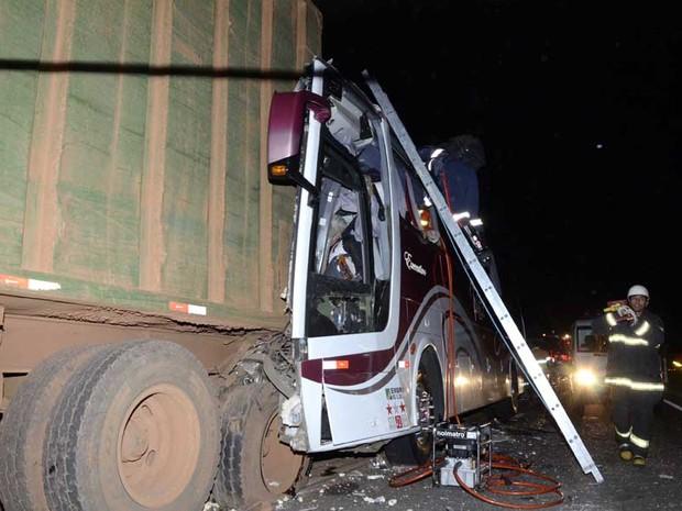 Ônibus com 44 passageiros colide com carreta que transportava cana (Foto: Fabrício Leme de Morais/Gazeta Guaçuana)