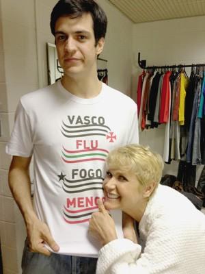Mateus Solano posa ao lado de Xuxa (Foto: Divulgação / Rede Globo)