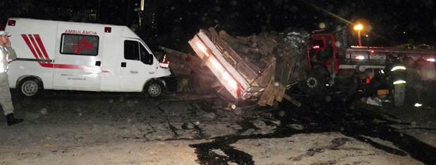 Três morreram em acidente que envolveu caminhões e ambulância (Foto: Altamir Oliveira/divulgação)