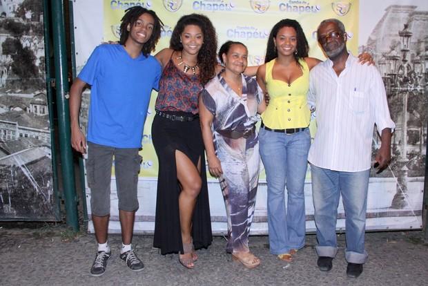Juliana Alves junto com seus irmãos, Mayra Alves e Luan Thambo e seus pais Fatima e Sebastião Antonio (Foto: Alex Palarea / AgNews)