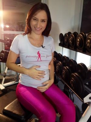 Jornalista faz exercícios que a ajudam durante a gravidez (Foto: Mateus Castro/RBS TV)