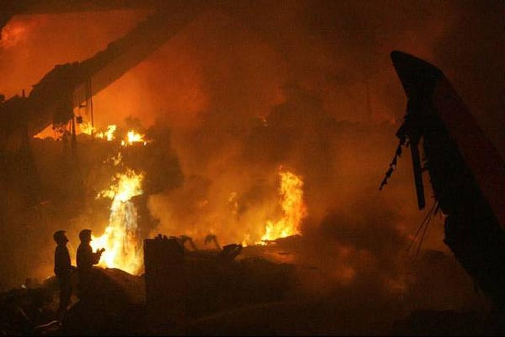 Avião da TAM bateu em prédio da própria companhia (Foto: Evelson de Freitas/AE)