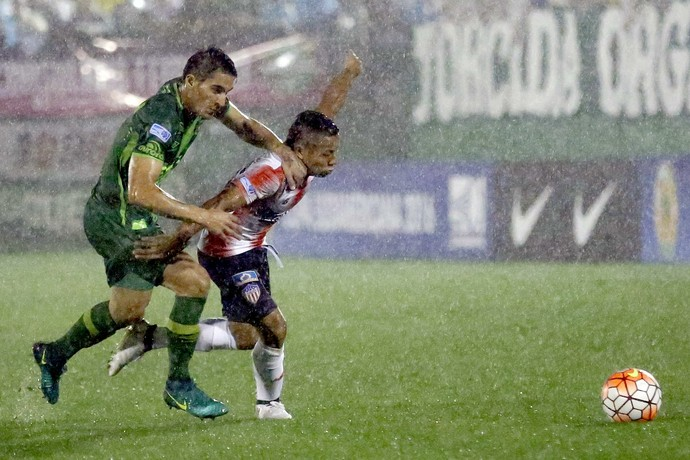 Gimenez e Escalante Chapecoense x Junior Barranquilla (Foto: Marcio Cunha/EFE)