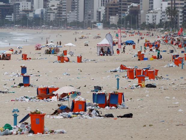 Praia de Ipanema tomada por lixo nesta quinta-feira (Foto: Pablo Jacob/Agência O Globo)