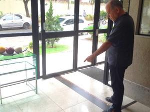 Síndico conta que encontrou Mateus com vida, mas ele não resitiu ao ferimento e morreu na entrada do prédio em Goiânia (Foto: Paula Resende/ G1)