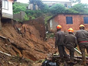 Bombeiros trabalham no resgate das vítimas em Petrópolis (Foto: Isabela Marinho/G1)