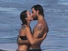 Juliano Cazarré troca beijos com a mulher e se diverte com os filhos