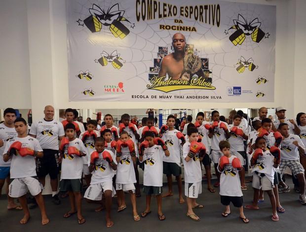 Crianças posam na escolinha de artes marciais de Anderson Silva (Foto: Marcelo Santos/SEEL)