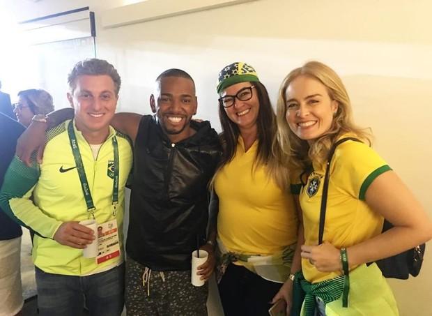 Nego do Borel com Luciano Huck, a mãe de Neymar e Angélica antes da medalha (Foto: Reprodução/Instagram)