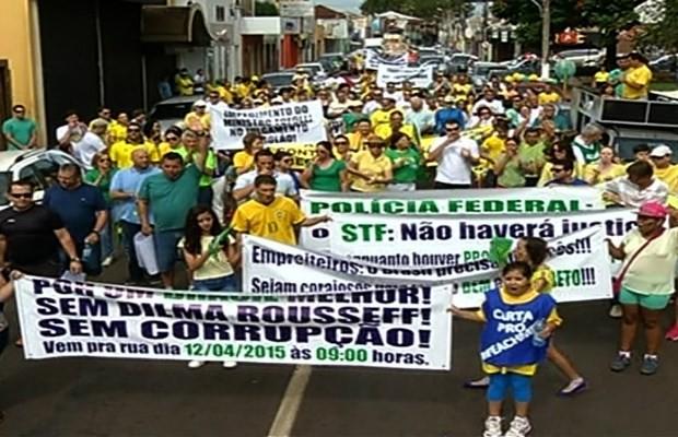 Cerca de 250 pessoas protestam em Rio Verde, Goiás (Foto: Reprodução/ TV Anhanguera)