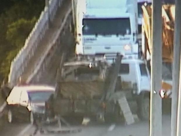 Colisão caminhão carro BR-290 vão móvel Ponte do Guaíba (Foto: Reprodução/Concepa)