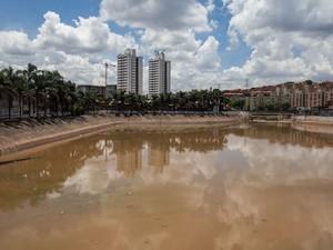 Piscinão que serve para evitar transbordamento do córrego Pirajuçara, em Embu das Artes, na Zona Sul de São Paulo, é visto após enchentes. Segundo moradores, o piscinão estava cheio e não foi esvaziado antes da ocorrência das fortes chuvas (Foto: Victor Moriyama/G1)