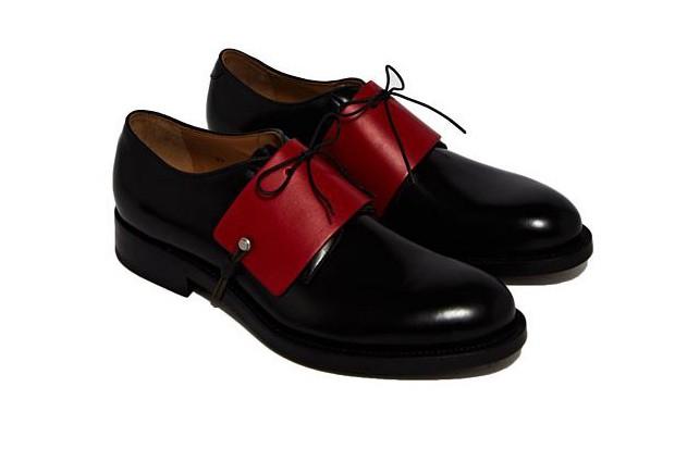 Sapato com acessório vermelho (Foto: Divulgação)