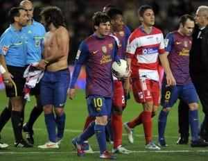 Foto (Foto: Messi carrega a bola após marcar mais um hat-trick com a camisa do Barcelona - AFP)