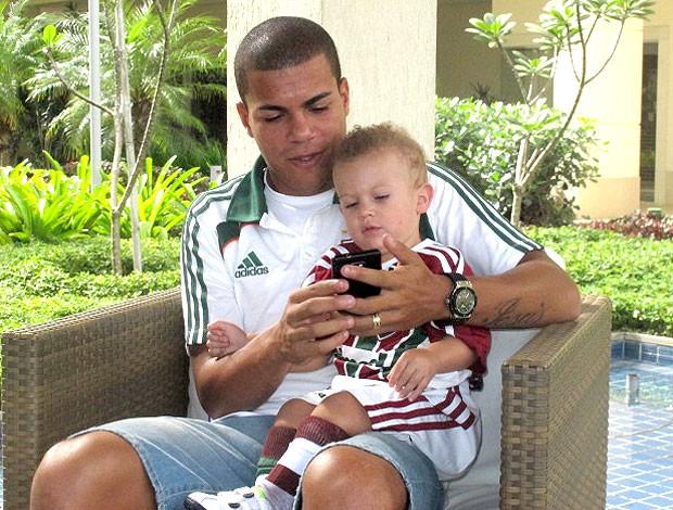 Thiago Carleto com o filho Fluminense (Foto: André Casado / Globoesporte.com)