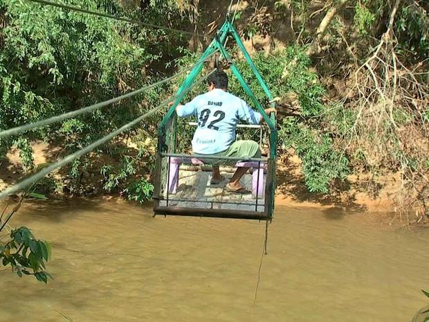 Bondinho é usado para travessia do Rio Coxipó, em Cuiabá (Foto: Reprodução/TVCA)